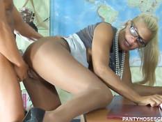 Зрелая русская блондинка Ирина в колготках трахается с мужчиной
