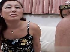Азиатская домохозяйка отсасывает мужу хуй и ебётся с любовником