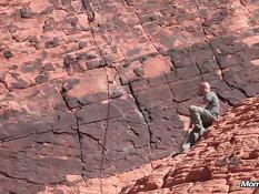 Зрелая альпинистка отсасывает у парня хуй и ебётся раком в горах