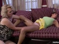 Зрелая блондинка будит юную брюнетку и занимается лесби сексом