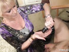 Старая блондинка снимает с мужчины трусы и дрочит член руками