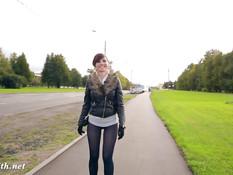 Озорная россиянка Jeny Smith разгуливает в колготках без трусиков