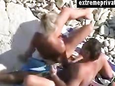 Пожилая семейная пара занимается любовью на каменистом пляже