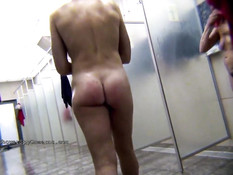 Скрытая камера снимает принимающих душ обнажённых женщин