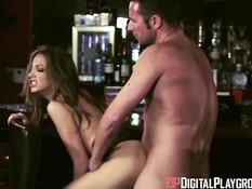Мужчина трахает в баре красотку с интимной стрижкой Jenna Haze