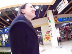 Чешская девка отсасывает член и трахается в примерочной кабинке