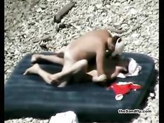 Занимающиеся сексом на пляже нудисты попали в объектив камеры