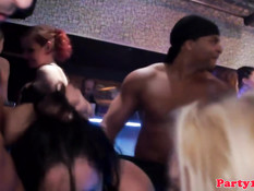 Европейские девушки лижут клитор и ебутся с парнями на танцполе