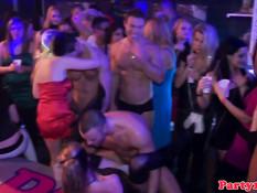 Выпившие девки отсасывают у стриптизёров на большой вечеринке