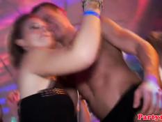 Европейские девушки целуются и трахаются с парнями на дискотеке