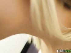 Блондинка Bibi Jones трахается с мужчиной в примерочной кабинке