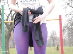 Девка Jeny Smith в колготках делает упражнения на спортплощадке