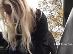 Блондинка с пирсингом в носу показывает голую жопу на стоянке