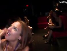 Пьяные девки отсасывают стриптизёрам члены на шумном девичнике