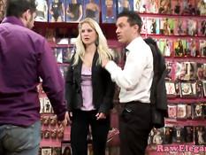 Европейская блондинка трахается с двумя мужчинами в секс шопе