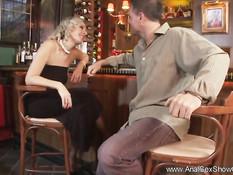 Мужчина отодрал в баре сексуальную блондинку в чёрных чулках