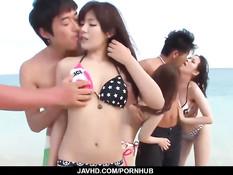 Японские девчонки раздеваются на пляже и трахаются с парнями