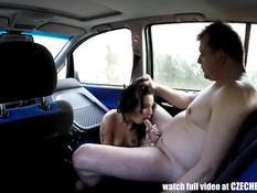 Водитель выебал в машине темноволосую шалаву в чёрных чулках