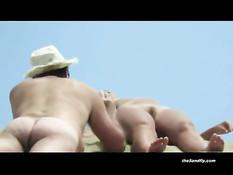 Скрытая камера подсматривает за загорающими голыми девушками