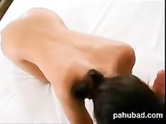 Худую азиатскую девку на кровати оттрахал в киску белый мужик