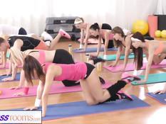 После занятий фитнесом одна из девушек трахается с инструктором