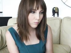 Парень отодрал на диване девку с волосатой киской Nickey Huntsman
