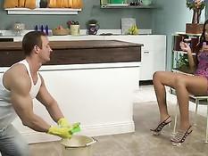 Соблазнительная мулатка на кухне ебётся с мускулистым мужчиной