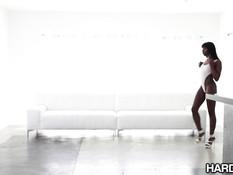 Сексуальная чёрная красотка Ana Foxxx ебётся с двумя мужиками