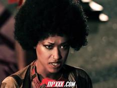 Кудрявая африканская девушка Skin Diamond трахается с фараоном