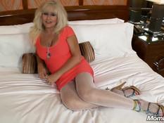 54-летняя сиськастая блондинка отсасывает и садится на мужчину