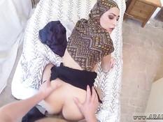 Мужик трахает в позе раком арабскую зрелую женщину в хиджабе