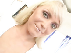 Блондиночка из России ласкает бритую киску и трахается с парнем