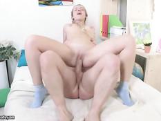 Весёлая русская блондинка с косичками отсосала и дала в задницу