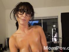 Горячая женщина в очках Amber Jane делает массаж и даёт в анал