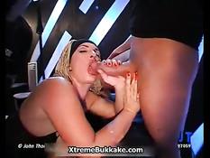 Грудастая блондинка сосёт член во время двойного проникновения