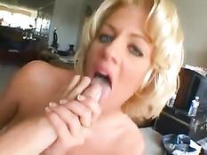 Мужчина на диване оттрахал во все дырки двух горячих блондинок