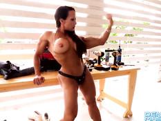 Мускулистая грудастая женщина Denise Masino примеряет страпон