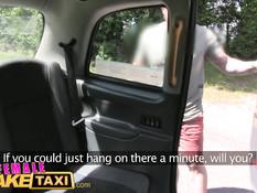 Блондинка водитель такси ебётся с пассажиром на заднем сиденье