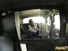 Водитель такси ебёт на заднем сиденье грудастую брюнетку с тату