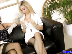 Сиськастая лесби блондинка оттрахала страпоном зрелую брюнетку