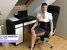 Немецкая брюнетка с большой грудью ебёт себя фаллосом на стуле