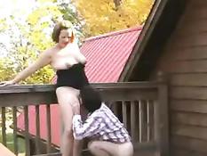 Он отлизал клитор зрелой шатенке и оттрахал на открытой террасе
