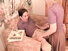 Парень отодрал развратную русскую мамочку и молодую брюнетку