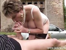 Сексуальная мамочка с большой грудью Lady Sonia ебётся с парнем