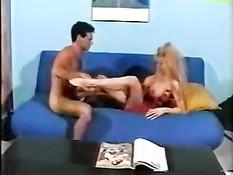 Горячая блондинка отсасывает у мужика член и трахается на диване