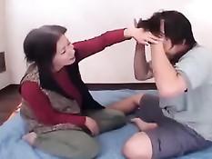 Старая японская домохозяйка занимается сексом с молодым парнем