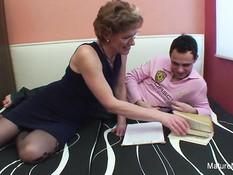 Пожилая женщина в очках соблазнила на секс молодого паренька