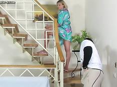Паренёк возбудился увидев, что русская дамочка ходит без трусов