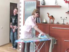 Молодой человек подсматривает за русской мамочкой и ебёт раком