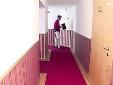 Служащие отеля делают двойное проникновение горячей брюнетке